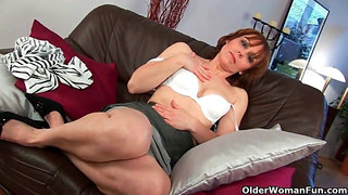 Mature mummy works her unshaved pussy