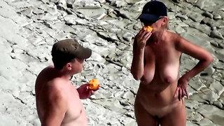 Carol Goldnerova beach striptease