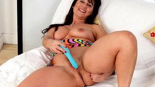 English milf Lelani loves exposing her fuckable body