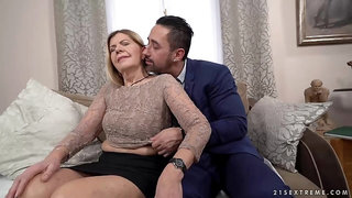 Mature blonde woman, Samantha and a handsome, business guy Mugur are fucking in her living room