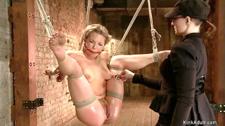 Bound blonde toyed and vibed in the air
