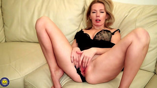 Alexa Si likes to feel a throbbing cock inside her perfectly shaved pussy, until she cums