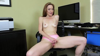 Betty Blaze fingers furiously her mature pussy.
