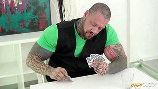 Se follan a su novia por perder al poker