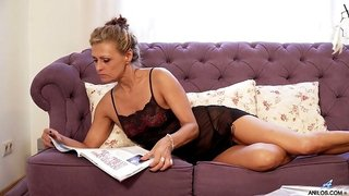 Attractive lonely housewife Bonita gets rid nightie to pet her wet pussy