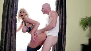 Lonely bimbo wife invites the lawn guy in to have her pussy