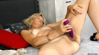 Purple dildo stretches out her pink mature pussy