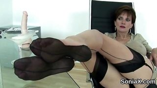 Adulterous uk mature lady sonia presents her giant balloons