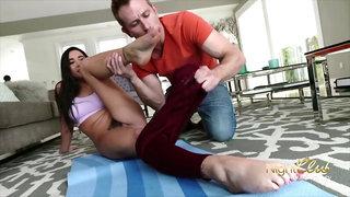 Er spritzt der Yoga Milf auf die Fuesse weil sie es so will